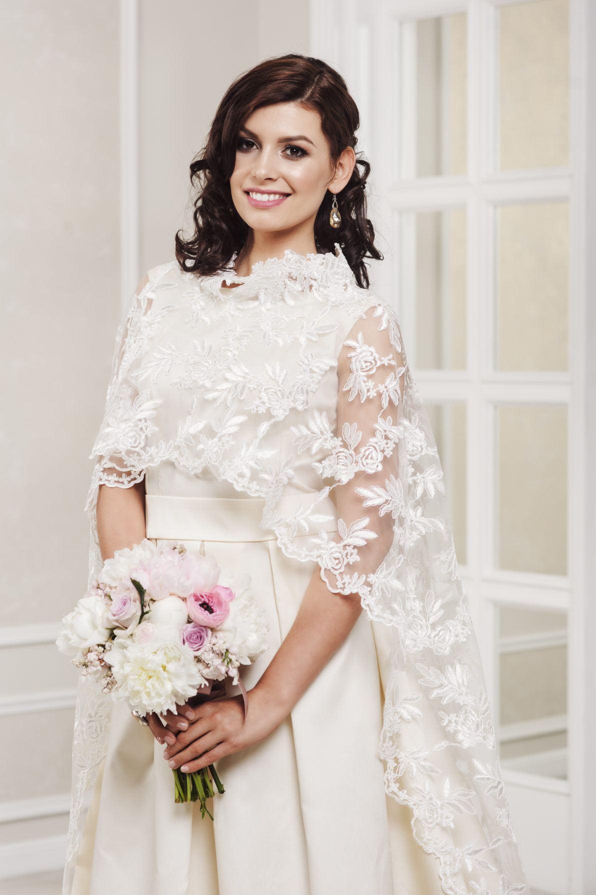 suknia ślubna z narzutką ślubną z koronki