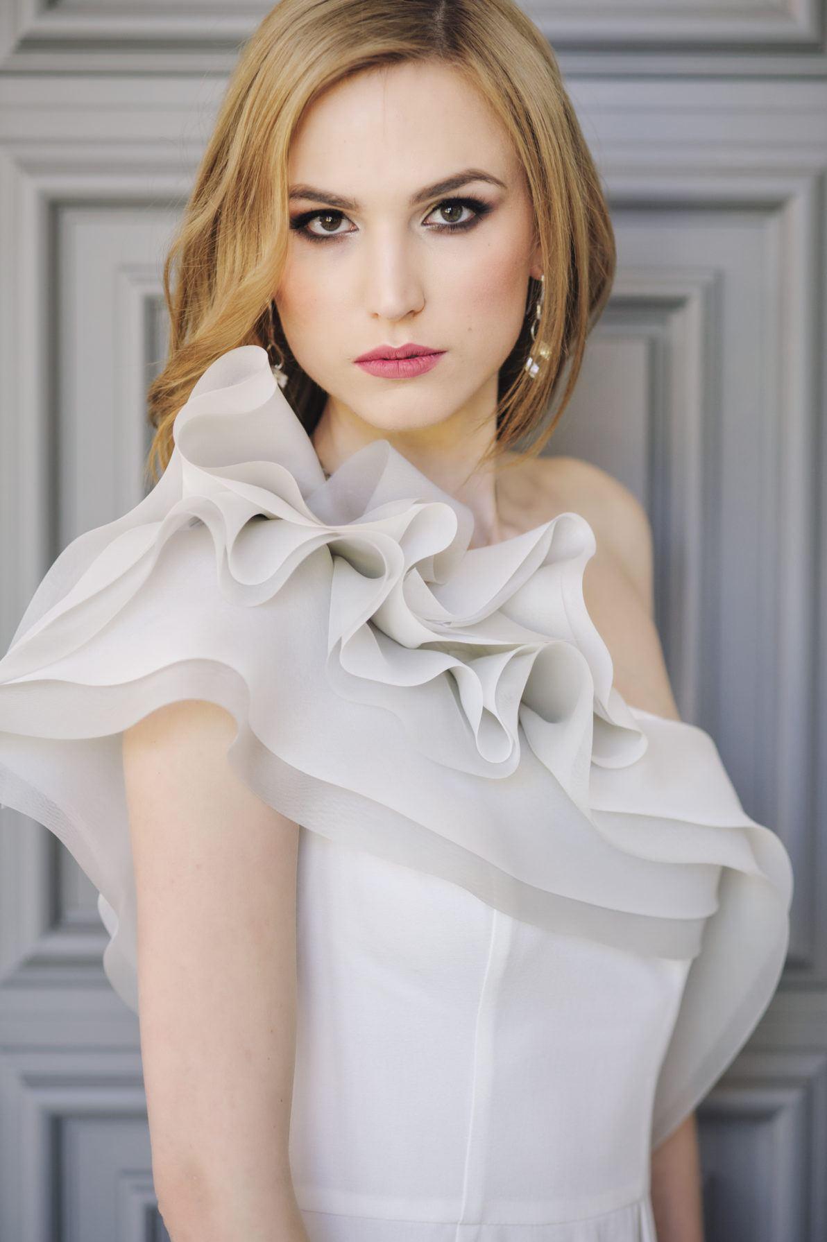 suknia ślubna asymetryczna na jedno ramię