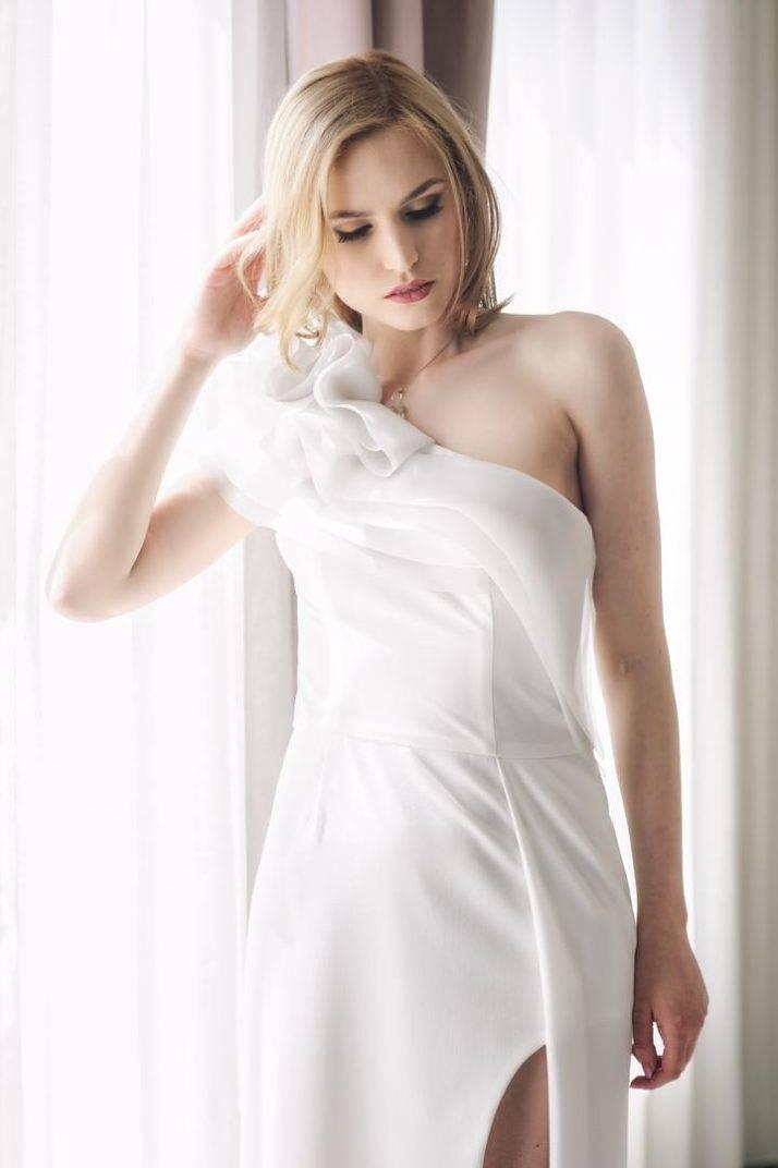wąska suknia ślubna zfantazyjnym dekoltem