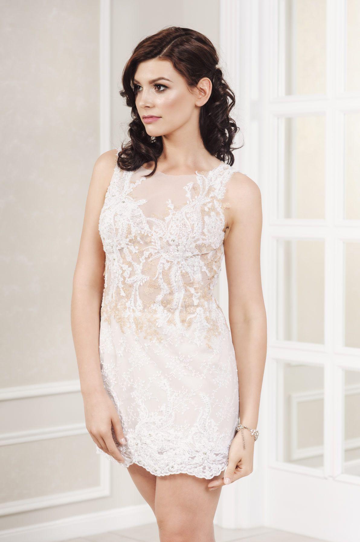 krótka sukienka ślubna z bogatą koronką