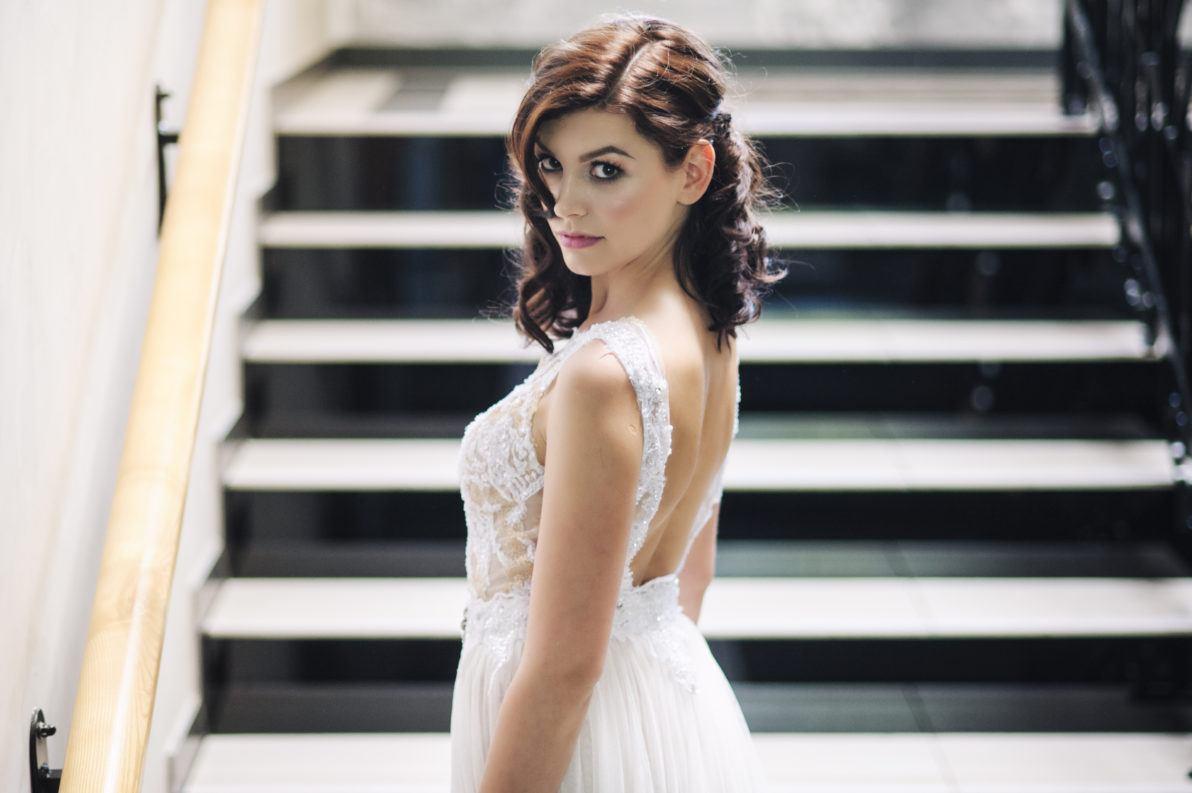 sukienka ślubna z odkrytymi plecami na schodach