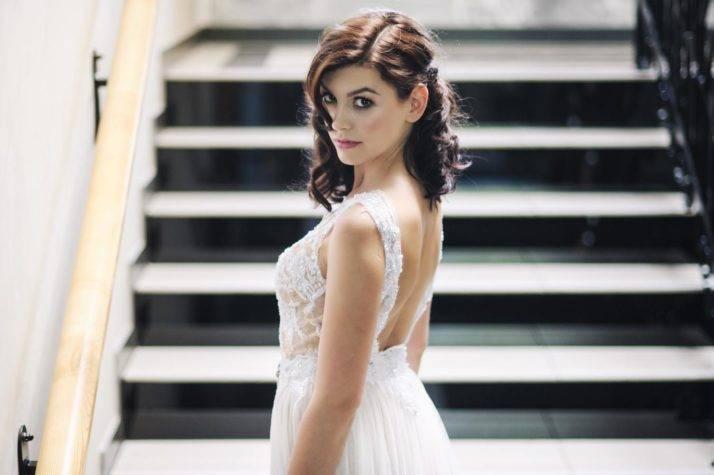 sukienka ślubna zodkrytymi plecami naschodach