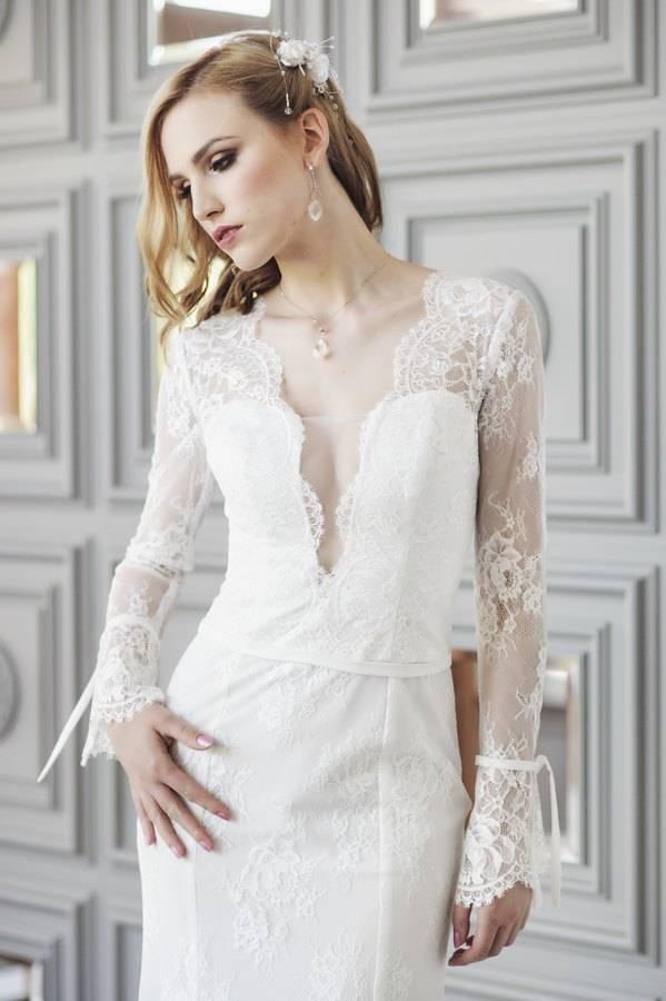 suknia koronkowa ślubna z dekoltem w szpic