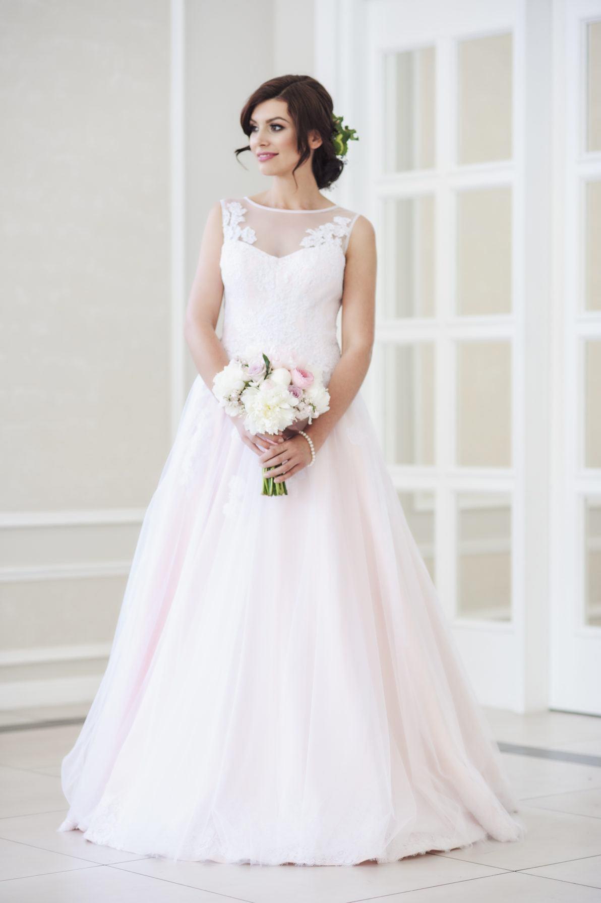 suknia ślubna biała z różowym podkładem