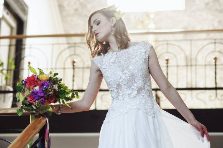romantyczna suknia ślubna zmuślinem zbukietem