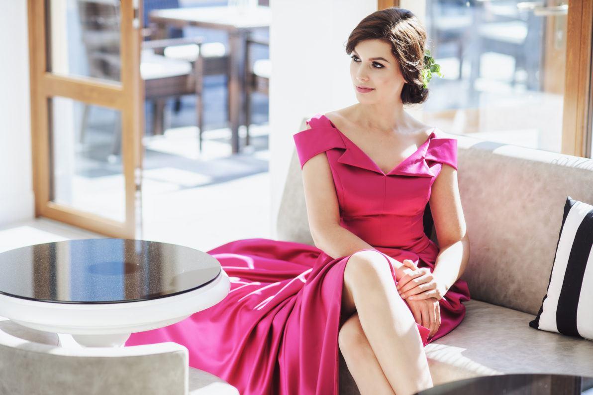 romantyczna amarantowa suknia wieczorowa krótsza z tyłu