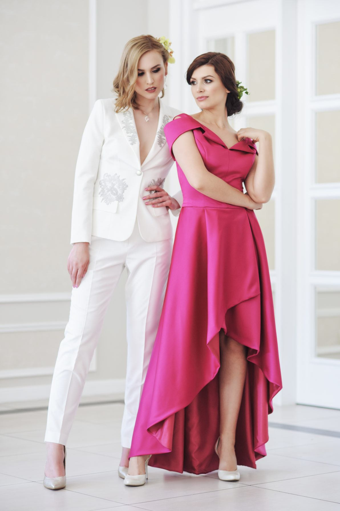 klasyczna biała marynarka i suknia rozkloszowana