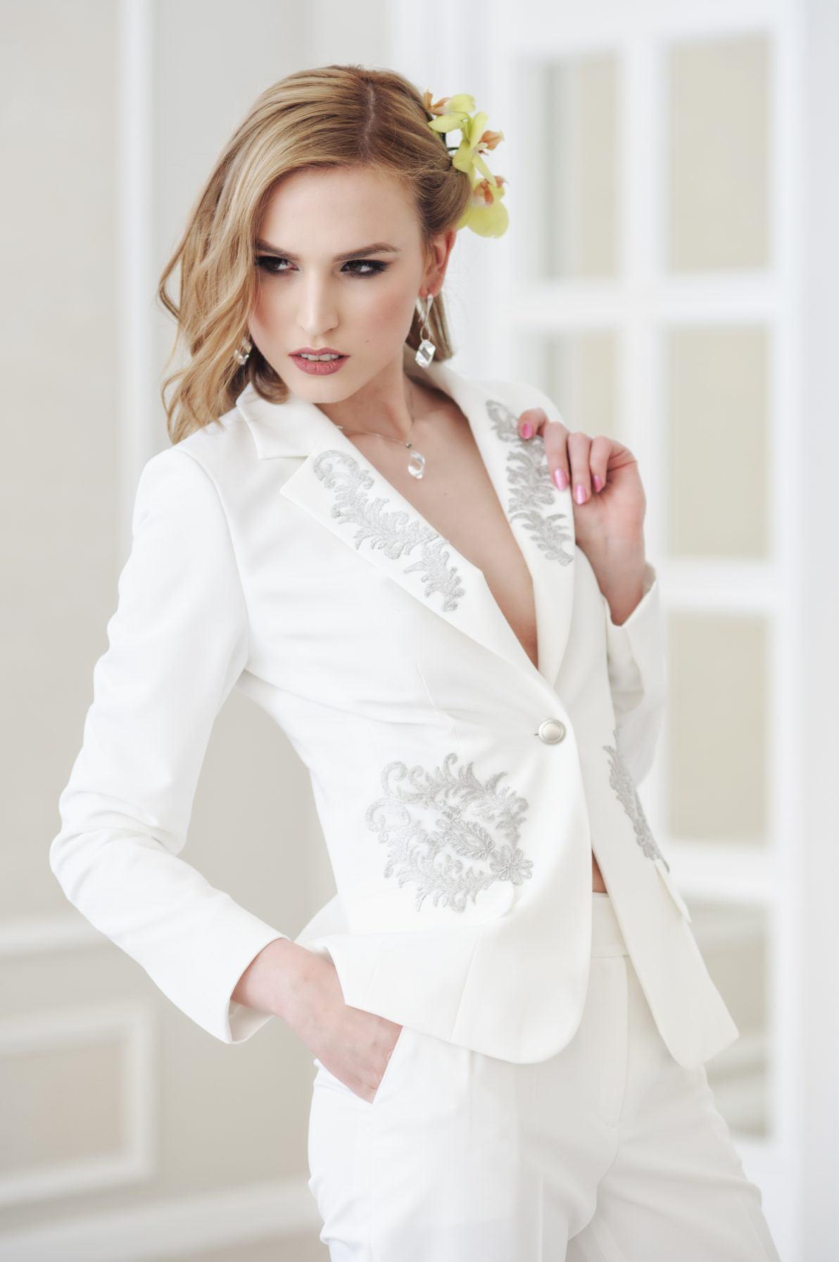 elegancka biała marynarka na jeden guzik