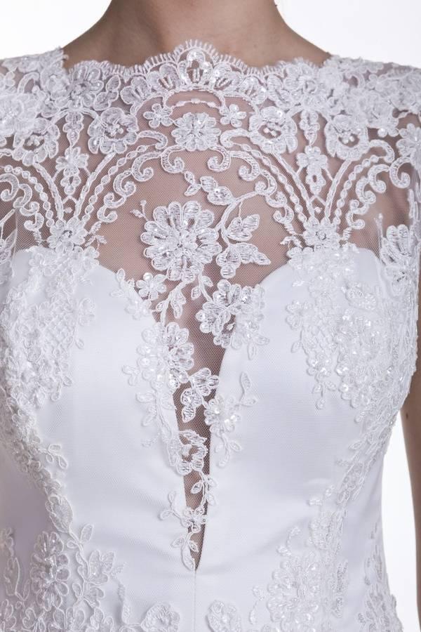 suknia ślubna zbłyszczącą koronką