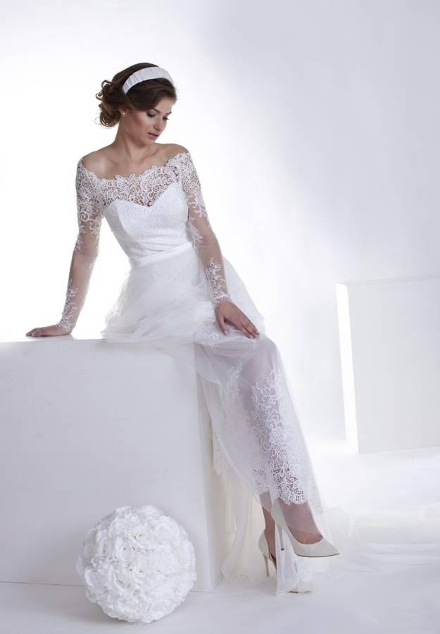 suknia ślubna z szerokim dekoltem i rękawami