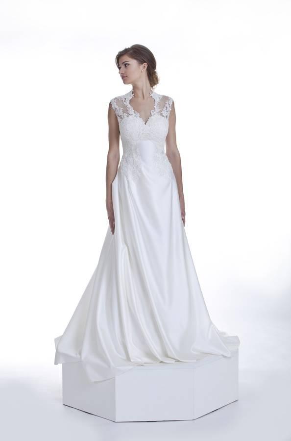 długa suknia ślubna z atłasu i koronki