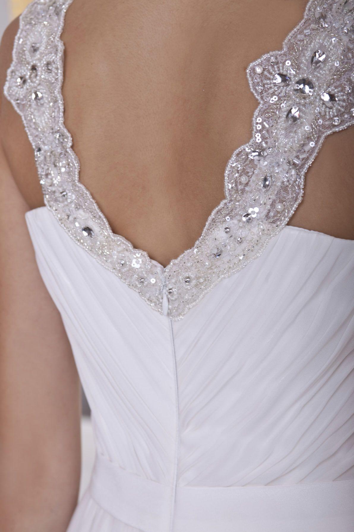 suknia ślubna z muślinu i błyszczącymi srebrnymi zdobieniami
