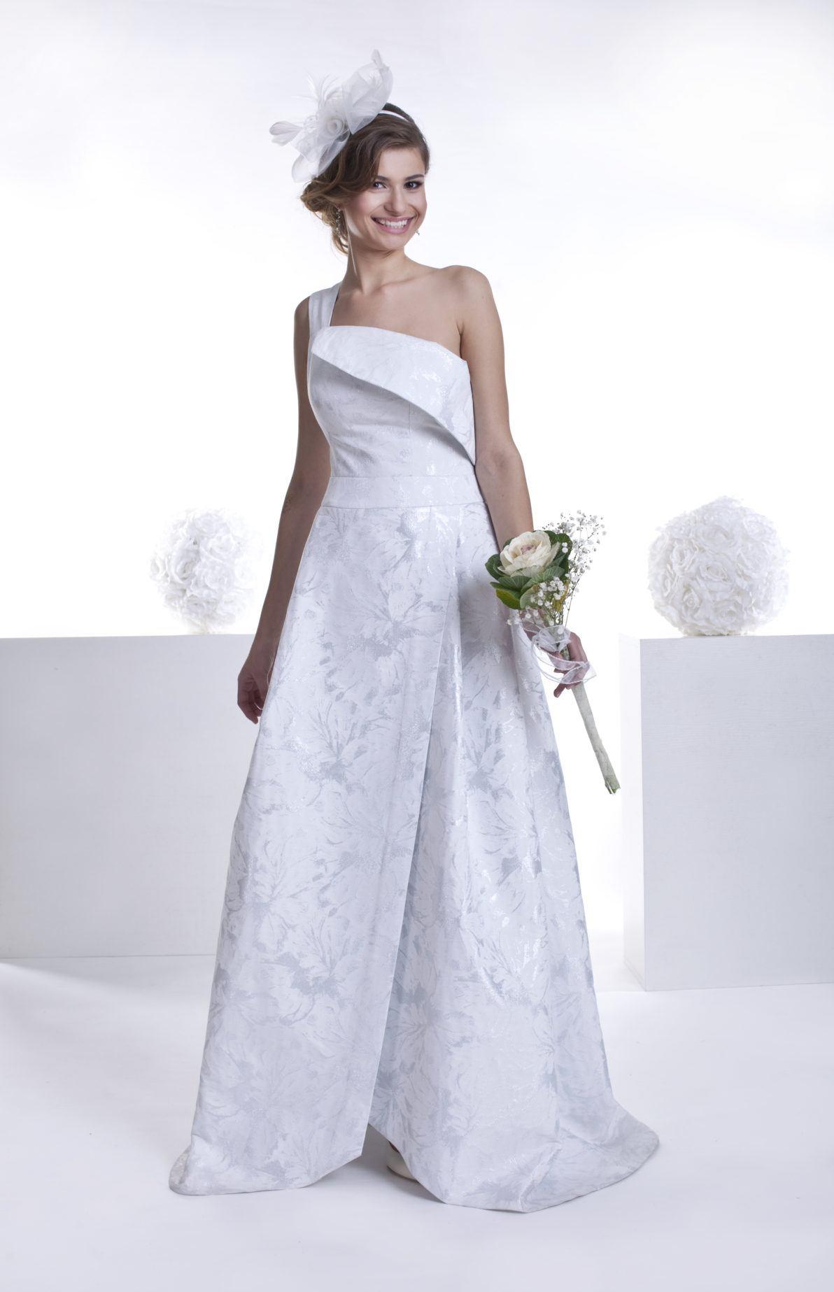 biało srebrna suknia ślubna z żakardu z rozporkiem z przodu