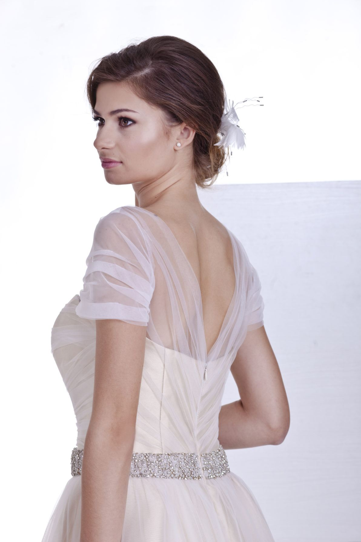 krótka suknia ślubna z tiulu i krótkim rękawkiem