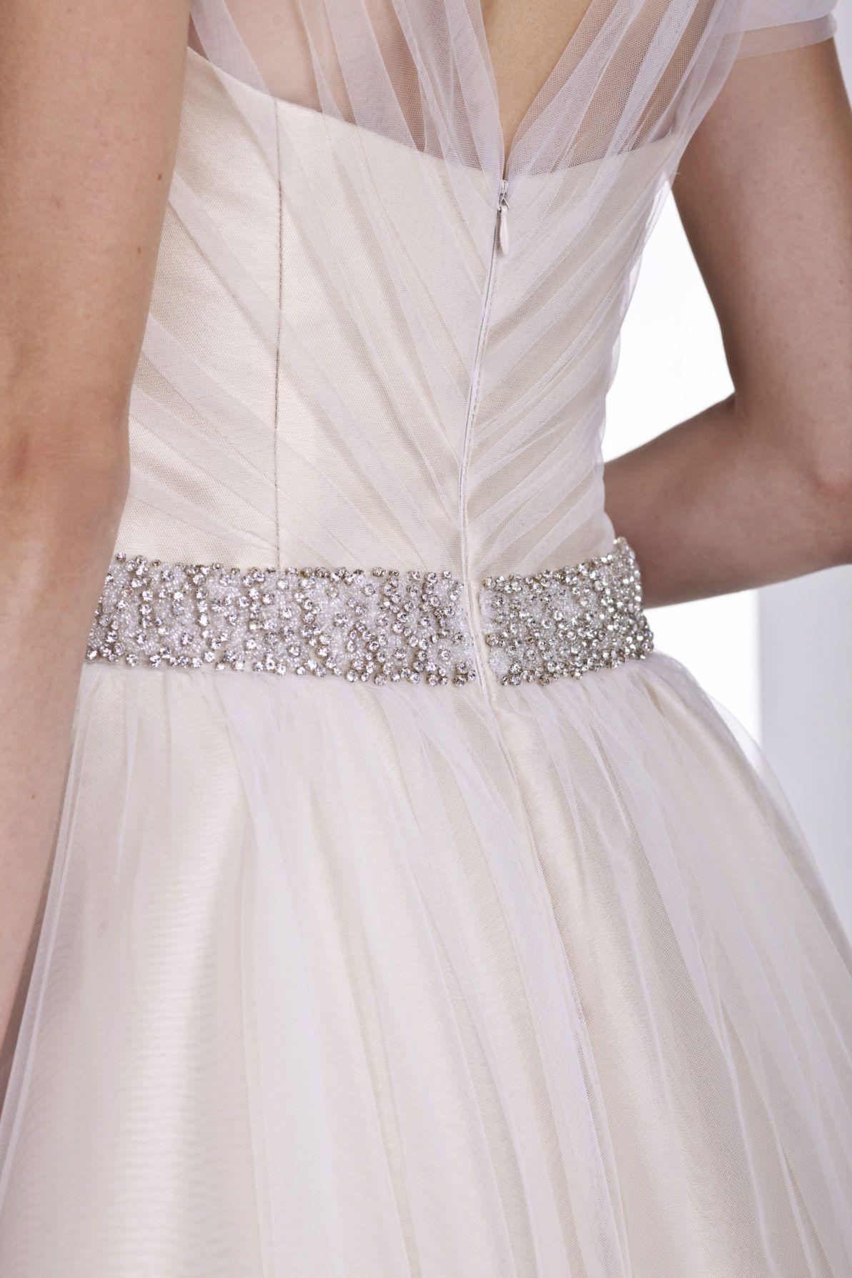 rozkloszowana suknia ślubna z ozdobnym pasem