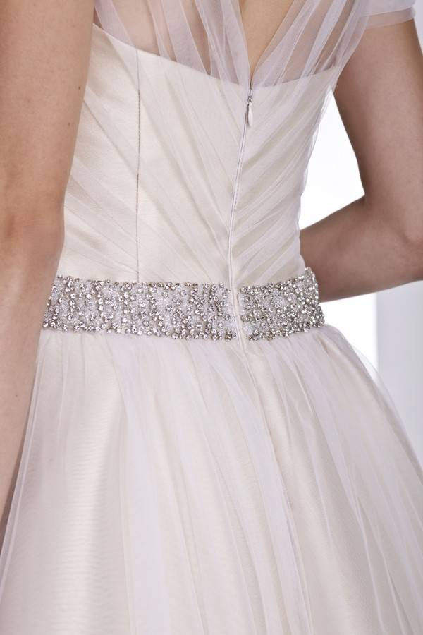rozkloszowana suknia ślubna zozdobnym pasem