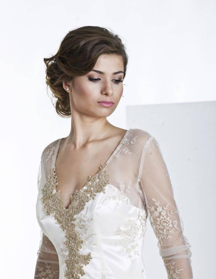 suknia ślubna z rękawami dekolt w szpic