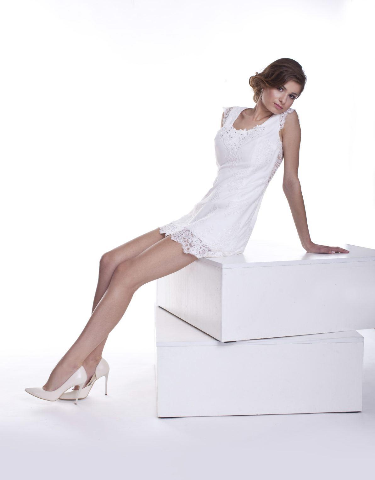 białą sukienka cała z koronki