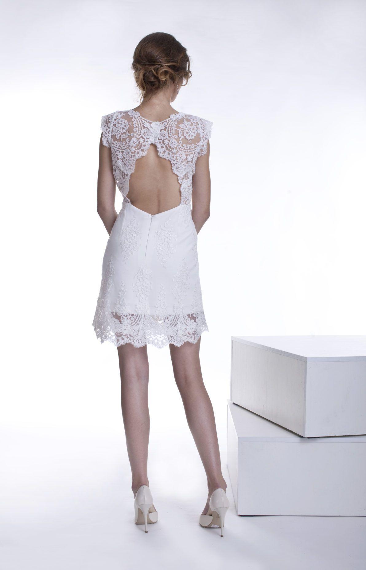 krótka biała sukienka z odkrytymi plecami