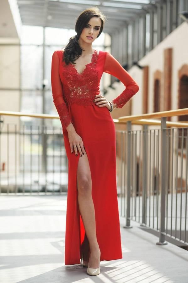 długa czerwona wieczorowa suknia zrozporkiem nanodze