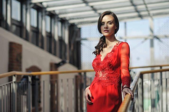 suknia wieczorowa czerwona z koronką i rękawami