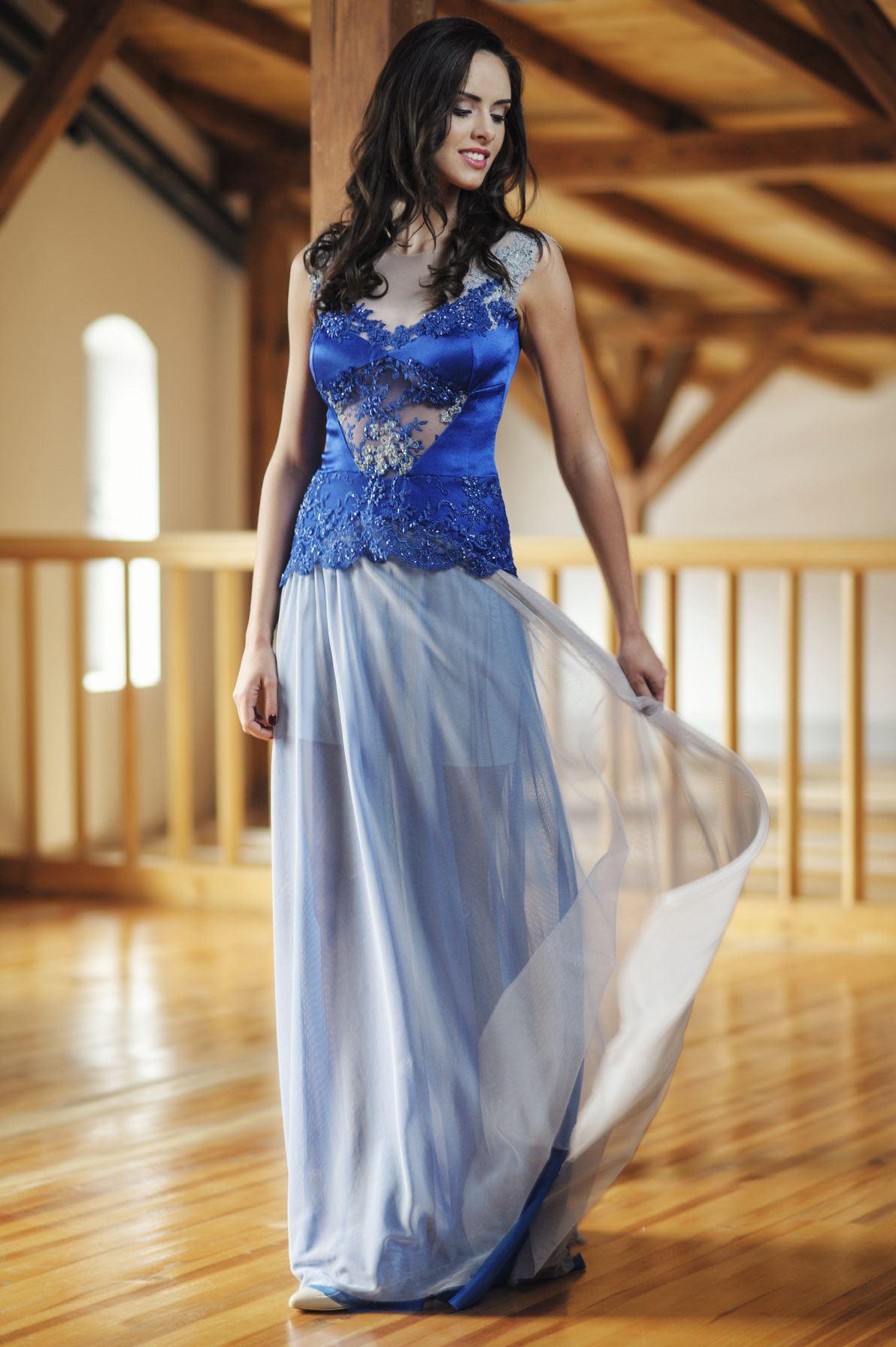 chabrowa długa suknia wieczorowa z prześwitami i koronkową górą