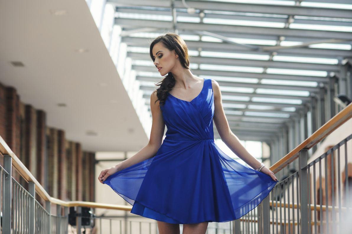 krótka chabrowa sukienka drapowana z szyfonu