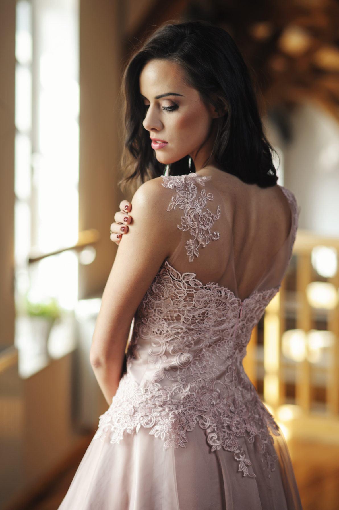 pudrowa krótka sukienka z koronkową górą