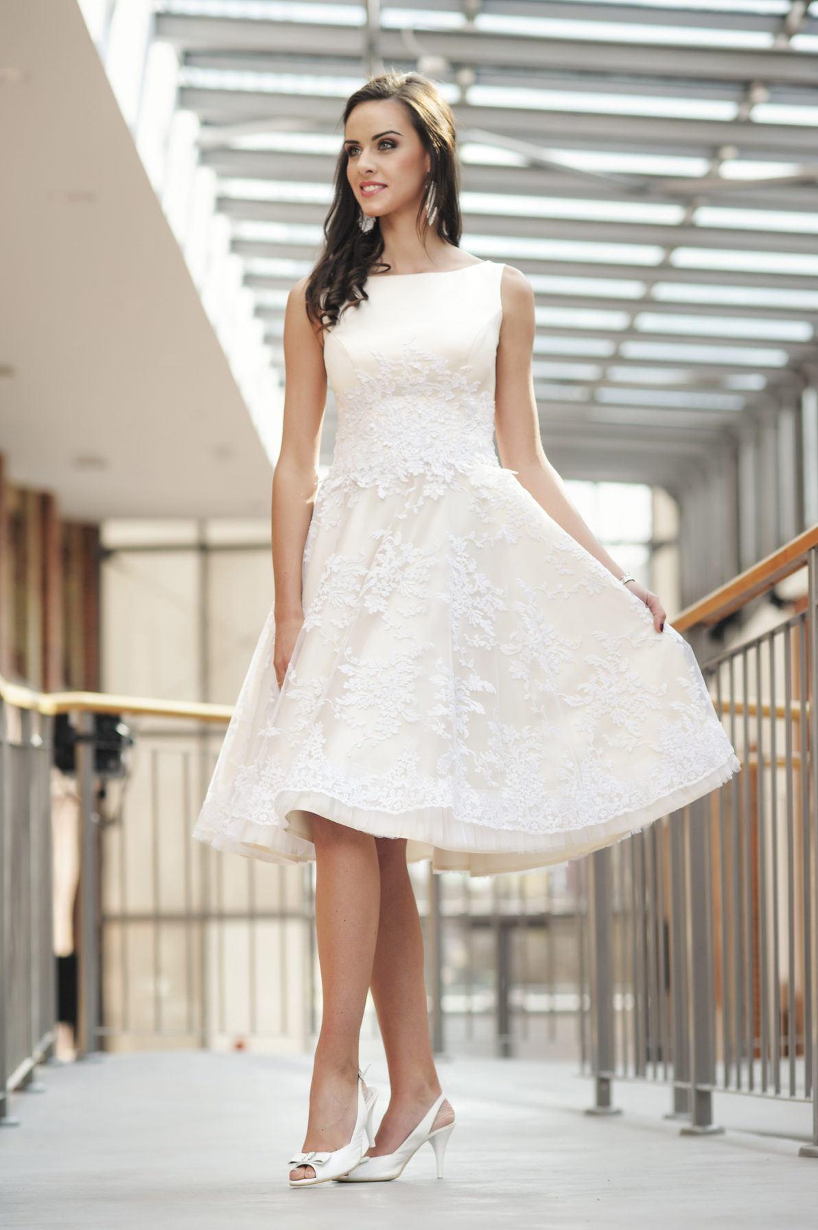 krótka sukienka dla druhny z atłasu i koronki