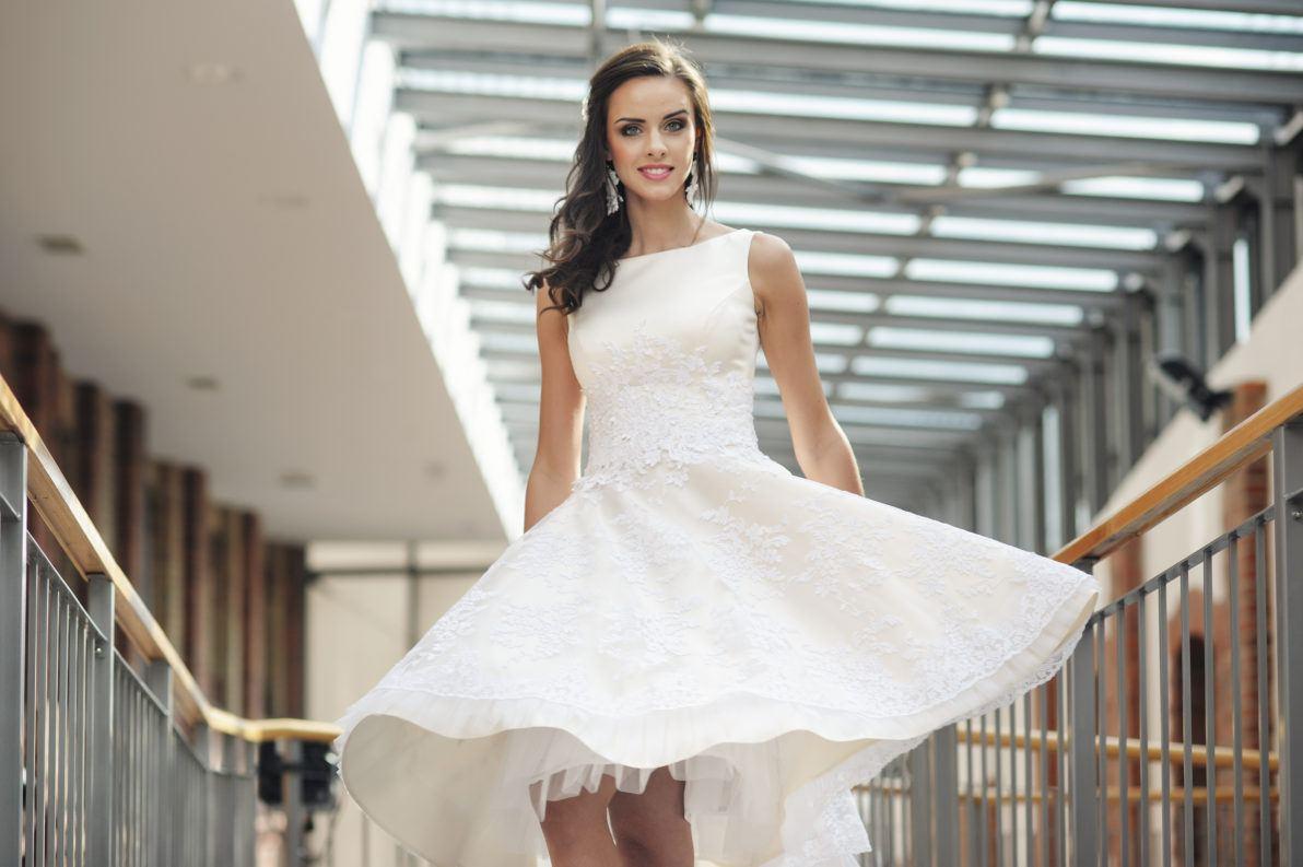krótka rozkloszowana sukienka na poprawiny z halką