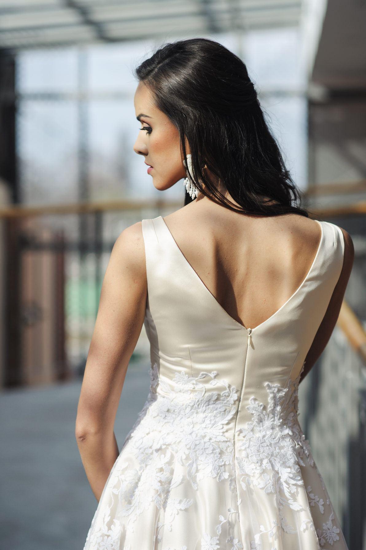 suknia kremowa z białą koronką na ślub cywilny