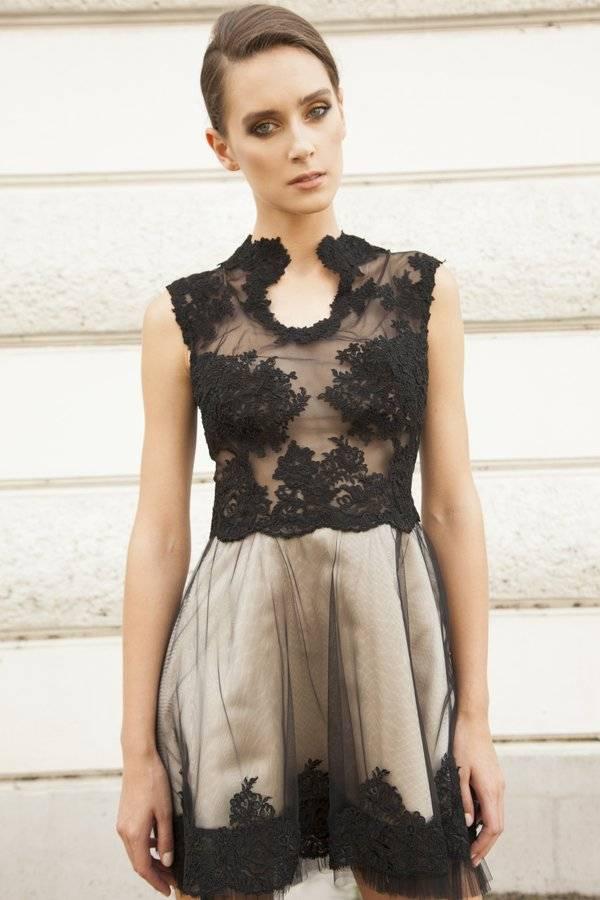 sukienka z czarną koronką i dekolt ze stójką